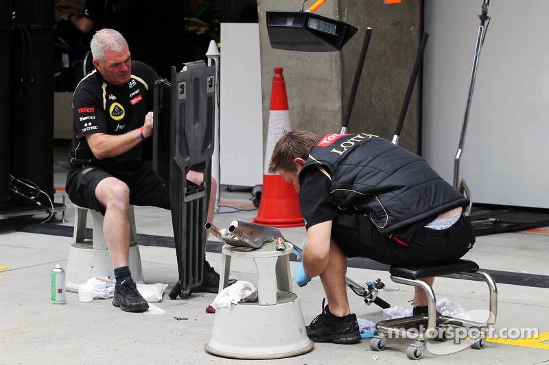 Lotus Renault GP mecaniciens in de pits