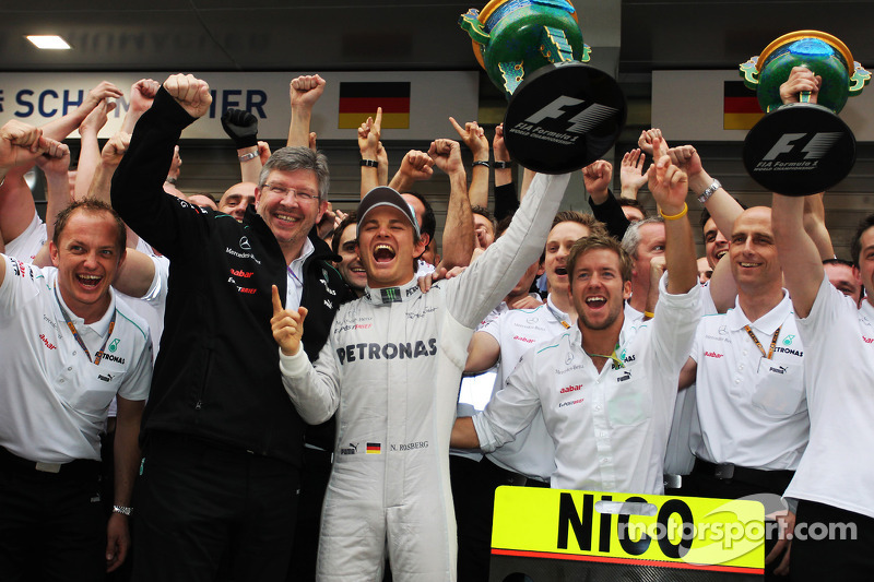 Race winner Nico Rosberg, Mercedes AMG F1 celebrates with Ross Brawn, Mercedes AMG F1 Team Principal