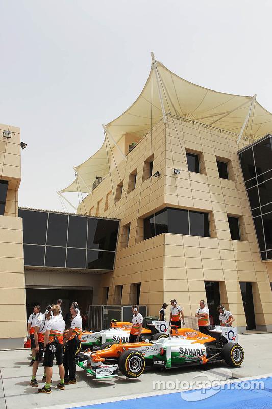 De Sahara Force India F1 van Nico Hulkenberg, en Paul di Resta, ingang pitlane