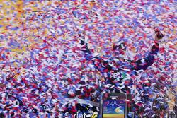 Victory lane: winnaar Denny Hamlin, Joe Gibbs Racing Toyota