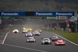 #43 Autobacs Racing Team Aguri ARTA Garaiya: Shinichi Takagi, Kosuke Matsuura leads a group of cars