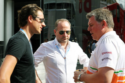 Adrian Sutil met Manfred Zimmerman, CMG en Otmar Szafnauer, Sahara Force India F1 Chief Operating Officer