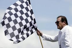 Roger Moore mit einer karierten Flagge