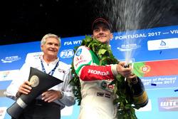 Гонщик Honda Racing Team JAS Норберт Михелиц и руководитель команды Алессандро Марьяни