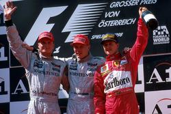 Подиум: победитель Мика Хаккинен, второе место – Дэвид Култхард, Mclaren, третье место _ Михаэль Шумахер, Ferrari