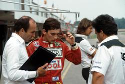 Ayrton Senna, bespreekt zijn eerste ronden in de Williams FW08C met teambaas Frank Williams en Allan Challis Williams Team Manager