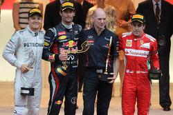 Le deuxième, Nico Rosberg, Mercedes AMG Petronas avec le vainqueur Mark Webber, Red Bull Racing, Adrian Newey, et le troisième, Fernando Alonso, Scuderia Ferrari