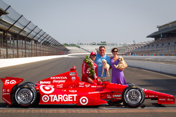 Winners photoshoot: Dario Franchitti, Target Chip Ganassi Racing Honda with his dad and Ashley Judd
