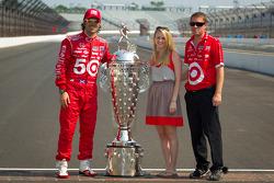 Winners photoshoot: Dario Franchitti, Target Chip Ganassi Racing Honda with the Borg-Warner Trophy
