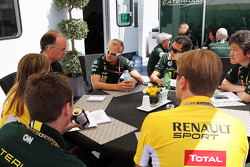 Heikki Kovalainen, Caterham F1 Team at a team meeting