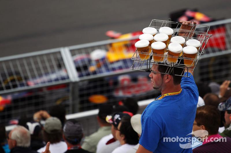 Sebastian Vettel, Red Bull Racing passeert bierverkoper in de tribunes