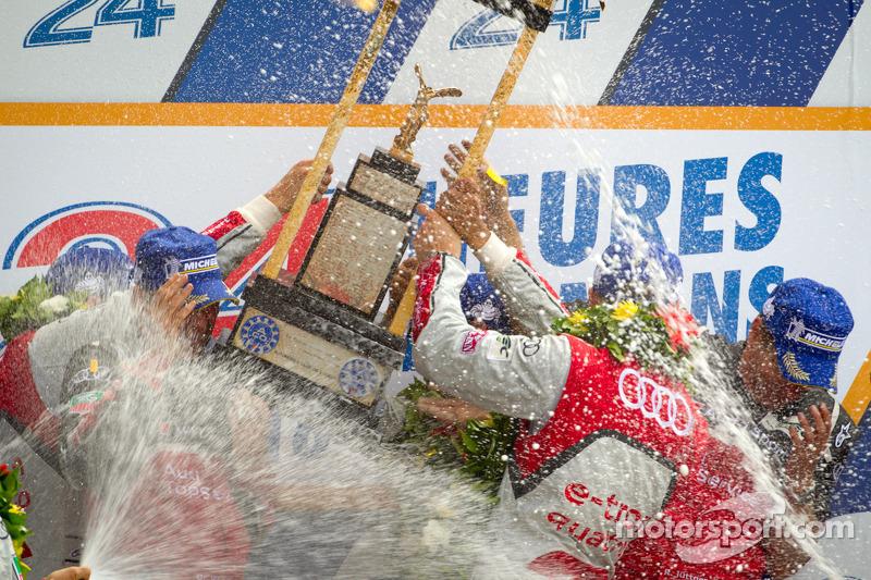 LMP1 podium: winnaars in klasse en algemeen Marcel Fässler, Andre Lotterer, Benoit Tréluyer met Dr.