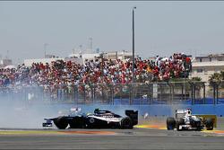 Bruno Senna, Williams and Kamui Kobayashi, Sauber make contact and Senna spins