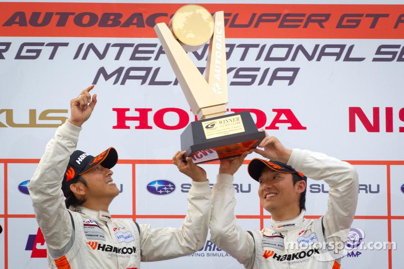 GT300 podium: winnaars Masami Kageyama en Tomonobu Fujii