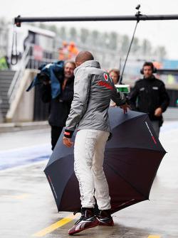 Lewis Hamilton, McLaren loses control of his umbrella in the pits
