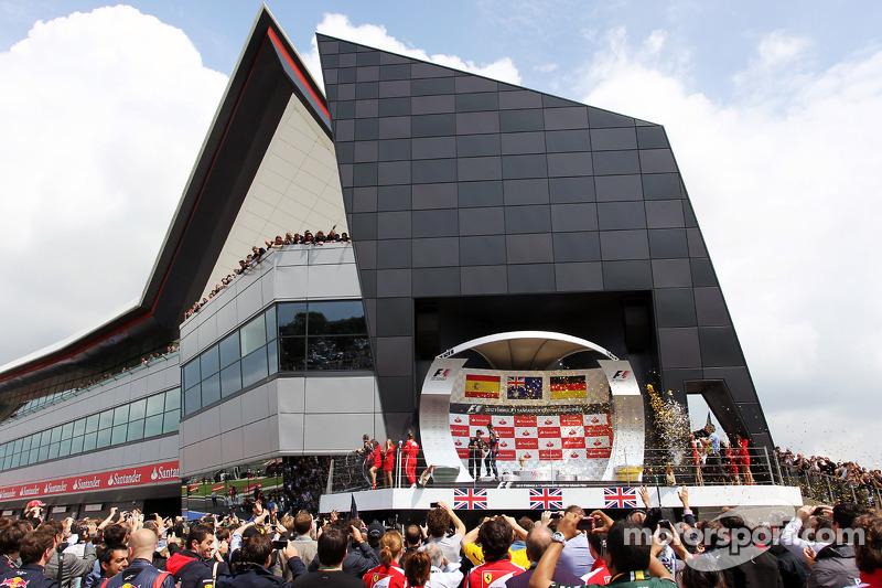 Race winner Mark Webber, Red Bull Racing; Fernando Alonso, Ferrari and Sebastian Vettel, Red Bull Ra