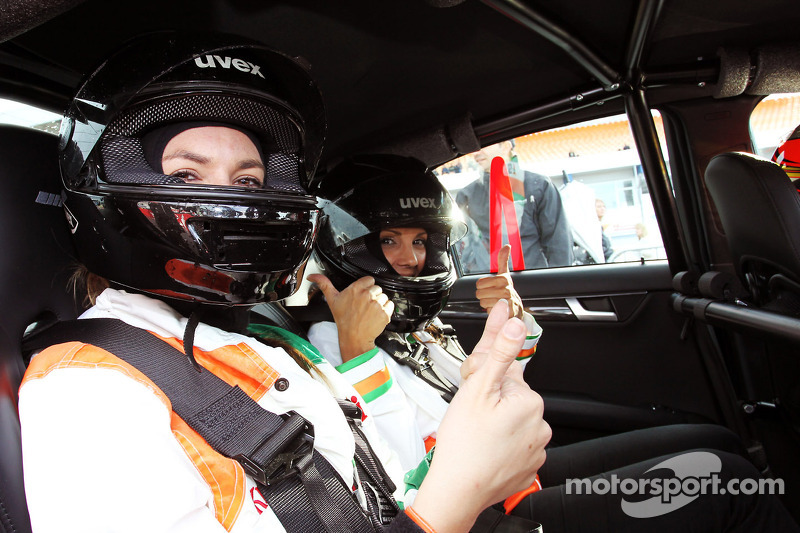 Jules Bianchi, Sahara Force India F1 Team derde rijder geeft taxiritten op het circuit