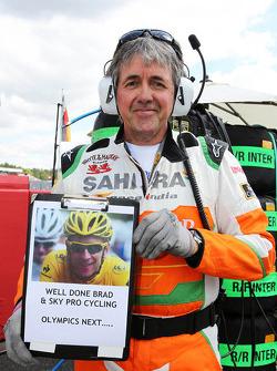 Neil Dickie, Sahara Force India F1 Team con un mensaje de felicitación para Bradley Wiggins, ganador del Tour De Francia