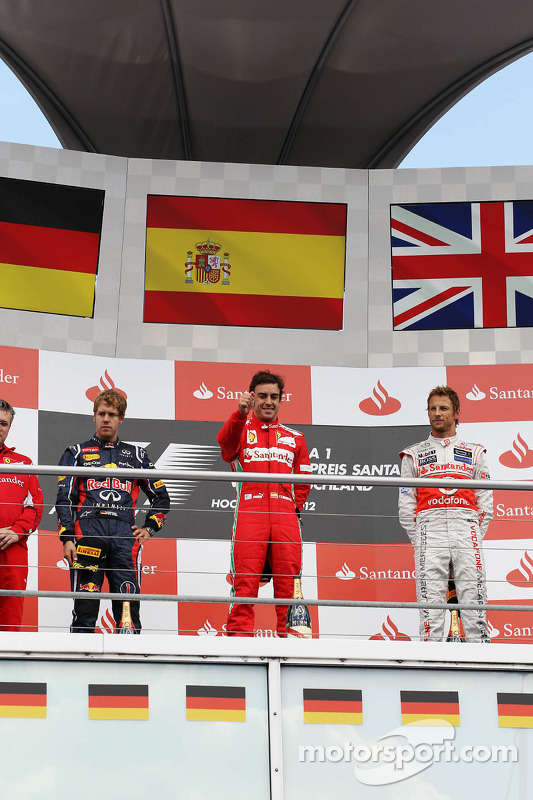 Podium: Sebastian Vettel, Red Bull Racing, 2de; Fernando Alonso, Ferrari, winnaar; Jenson Button, McLaren, 3de