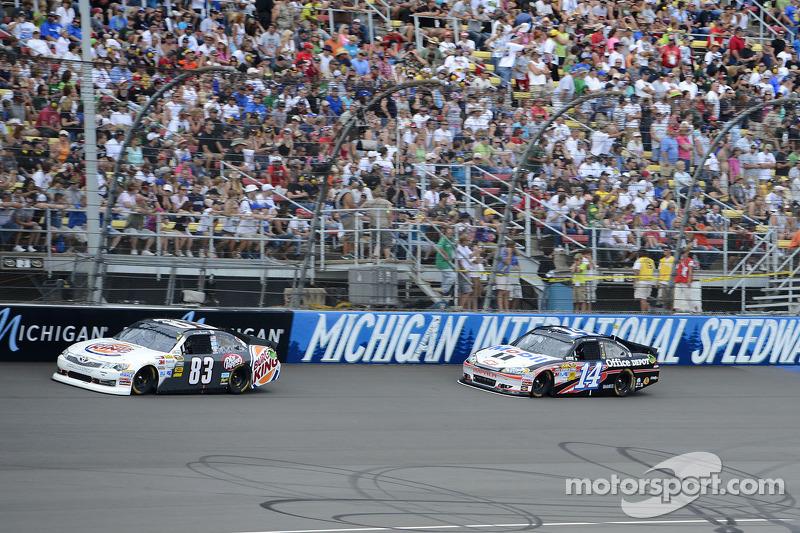 Landon Cassill, BK Racing Toyota en Tony Stewart, Stewart-Haas Racing Chevrolet