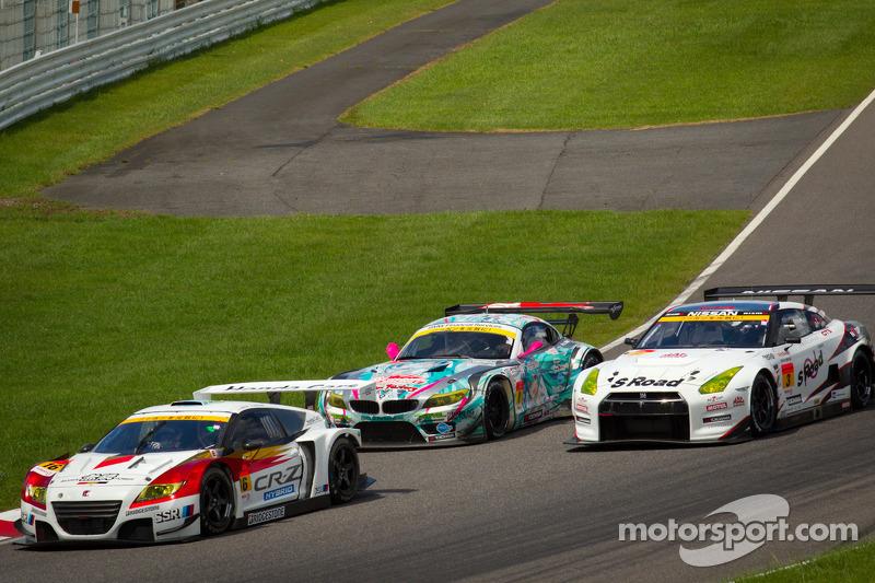 GT300 start: #16 Team Mugen CR-Z: Hideki Mutoh, Daisuke Nakajima aan de leiding