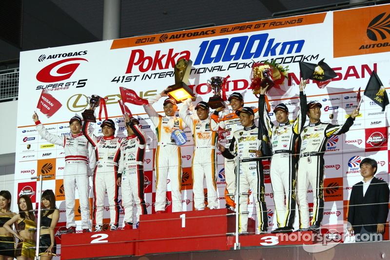 GT300 podium: winnaar Hiroki Yoshimoto, Kazuki Hoshino en Hiroki Yoshida, 2de Yuhi Sekiguchi, Katsumasa Chiyo en Daiki Sasaki, 3de Manabu Orido, Takayuki Aoki en Keita Sawa