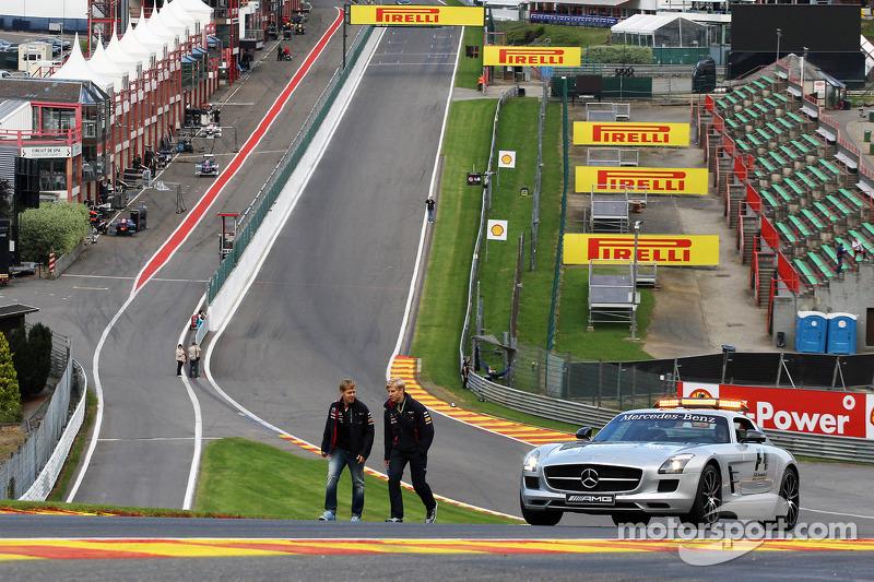 Sebastian Vettel, Red Bull Racing wandelt op het circuit en beklimt Eau Rouge met Heikki Huovinen, P