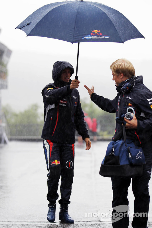 Sebastian Vettel, Red Bull Racing en Heikki Huovinen, Personal Trainer tijdens hevige regenbui