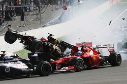 Un accidente en el inicio con Lewis Hamilton, McLaren, Romain Grosjean, Lotus F1, Fernando Alonso, F
