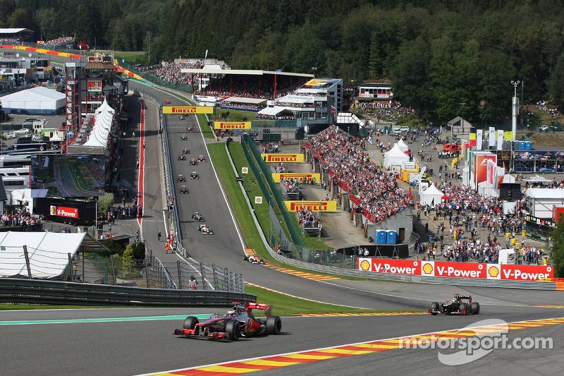 Jenson Button, McLaren Mercedes voor Kimi Raikkonen, Lotus F1 Team na de start