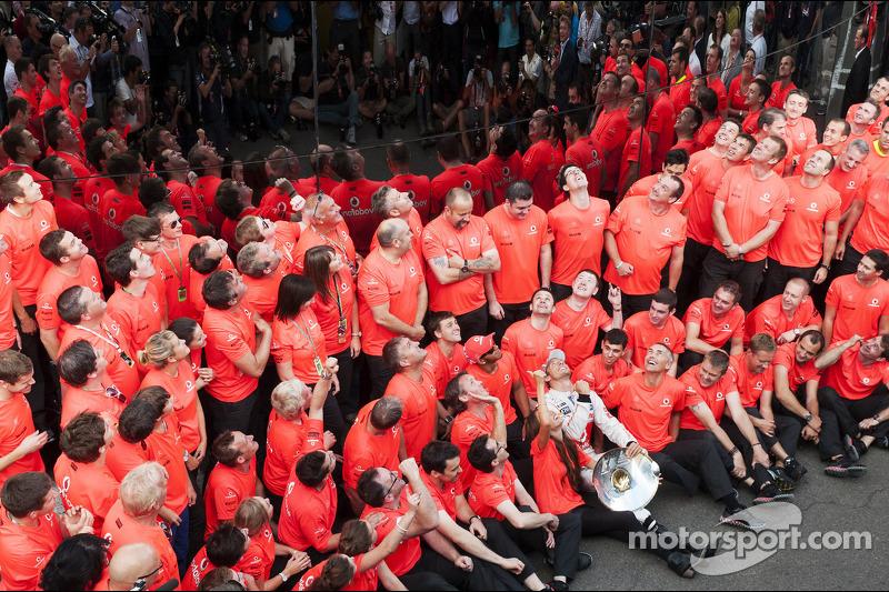 Race winner Jenson Button, McLaren celebrates with the team