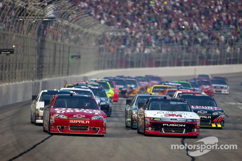 Start: Tony Stewart, Stewart-Haas Racing Chevrolet leads
