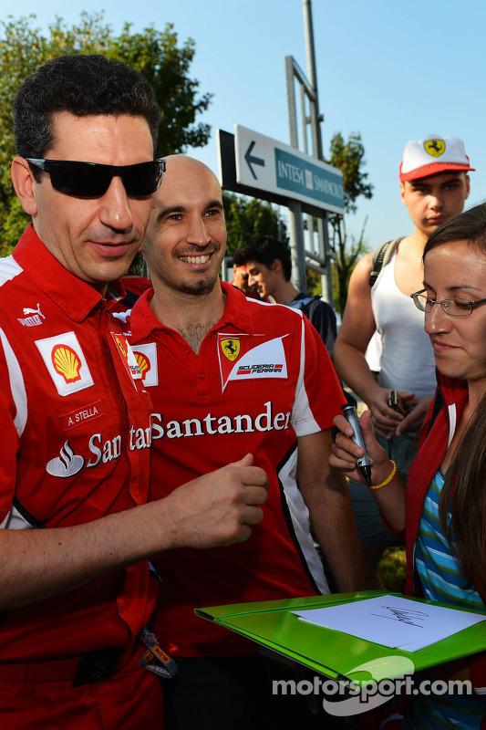 Andrea Stella, Ferrari Race Engineer signeert handtekeningen