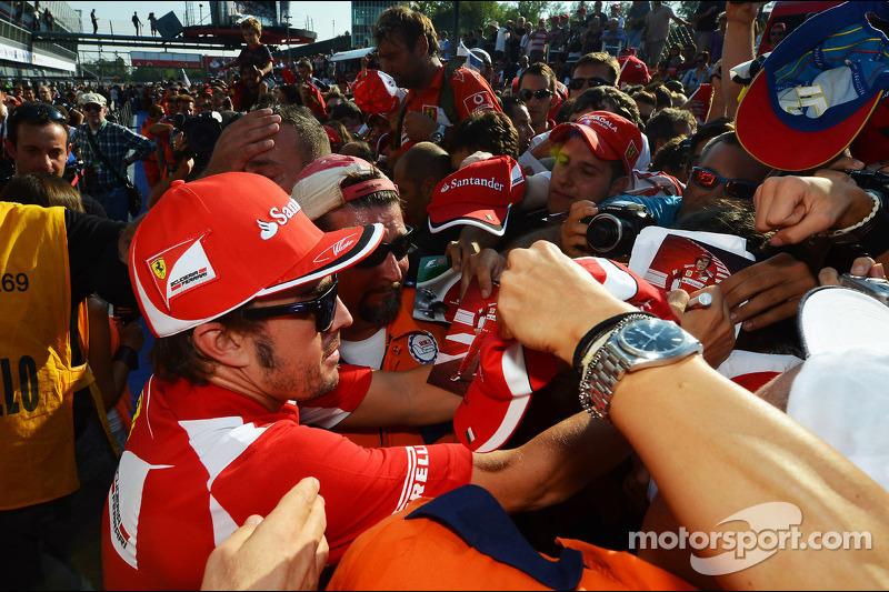 Fernando Alonso, Ferrari signeert handtekeningen voor fans