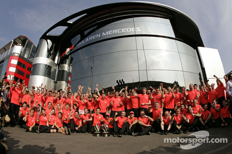 Race winner Lewis Hamilton, McLaren celebrates with the team