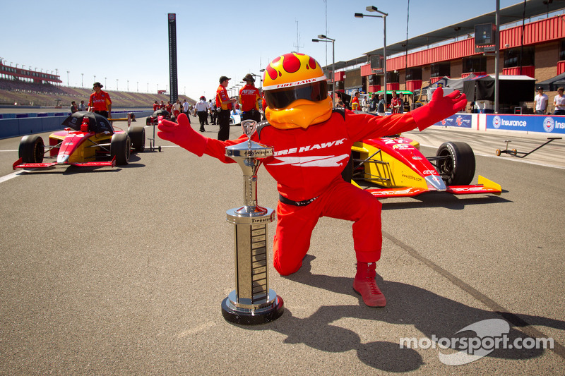 Firestone Firehawk met de Indy Lights series Firehawk trofee