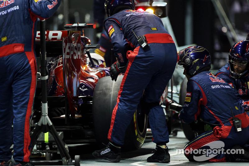 Daniel Ricciardo, Scuderia Toro Rosso STR7 makes a pit stop