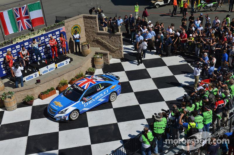 Robert Huff, Chevrolet Cruze 1.6T, Chevrolet winnaar en 2de plaats Norbert Michelisz, BMW 320 TC, Ze
