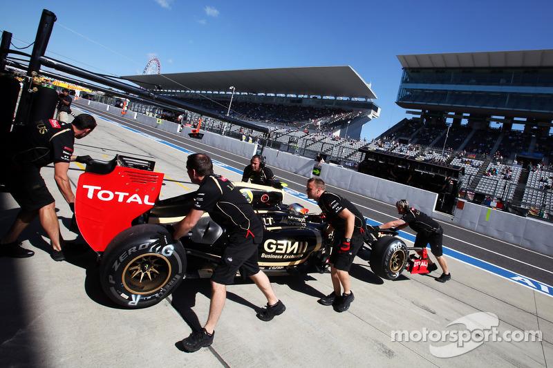 Kimi Raikkonen, Lotus F1 E20 in de pits