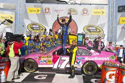 Victory lane: ganador de la carrera Matt Kenseth, Roush Fenway Racing Ford celebra