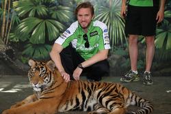 Nick Heidfeld bezoekt tijgers Dreamworld