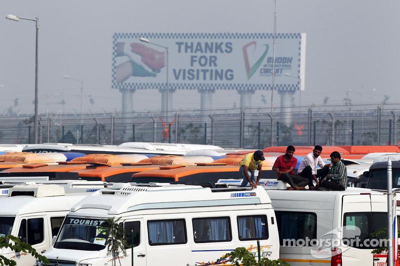 Fans bekijken vrije training vanop het dak van bussen