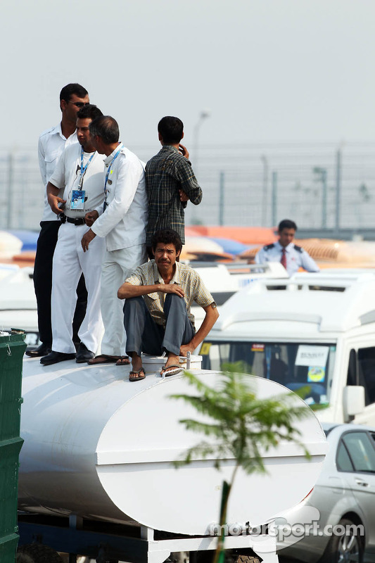 Fans bekijken vrije training vanop het dak van voertuigen