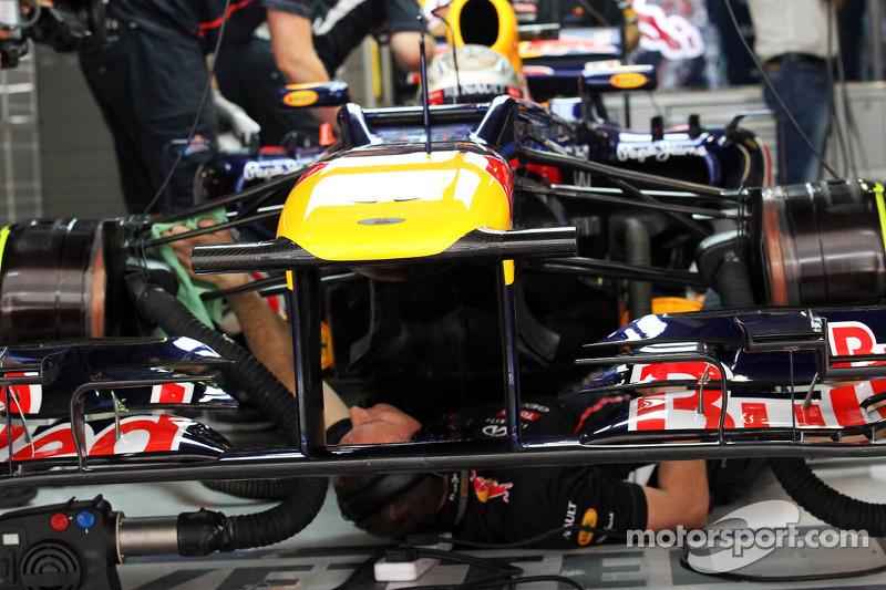 Sebastian Vettel, Red Bull Racing, wagen wordt onder handen genomen