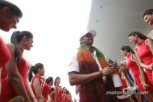 Narain Karthikeyan, Hispania Racing F1 Team, on the drivers parade