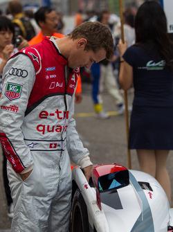 Marcel Fässler inspecting the tires of his e-tron quattro