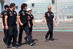 Daniel Ricciardo, Scuderia Toro Rosso walks the circuit