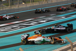 Un accidente en el inicio de la carrera con Nico Hulkenberg, Sahara Force India F1 y Bruno Senna, Williams