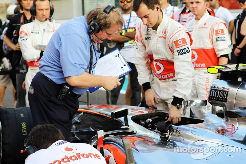 Jo Baue, FIA, bekijkt McLaren van Lewis Hamilton, McLaren op de grid