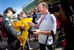 Kyle Busch, Kyle Busch Motorsports Toyota signs autographs